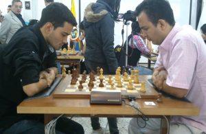 GM Cristian Ríos (izquierda) en una partida con el GM Sergio Barrientos. Ambos representan a Risaralda.